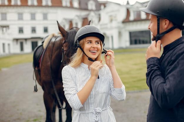 Милая влюбленная пара с лошадью на ранчо Бесплатные Фотографии