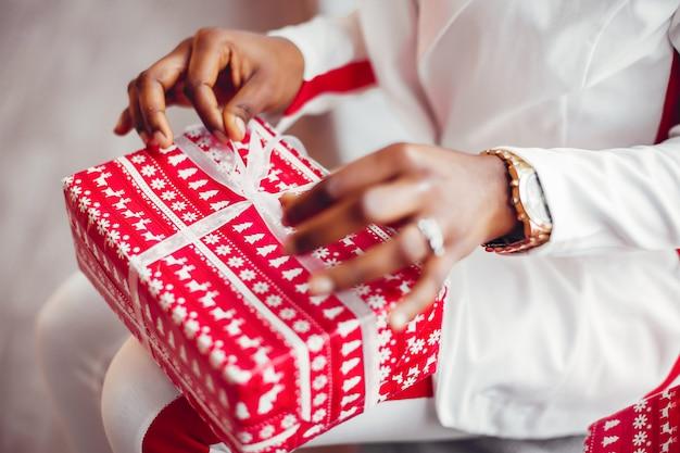 クリスマスの部屋でエレガントな黒の女の子 無料写真