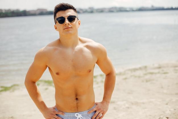 ビーチでトレーニングスポーツ男 無料写真