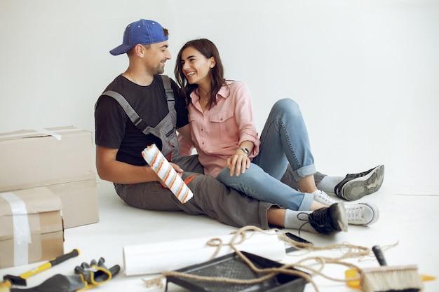 若くてかわいい家族が部屋を修理します 無料写真