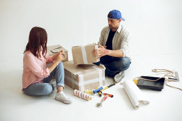 Молодая и милая семья ремонтирует комнату Бесплатные Фотографии