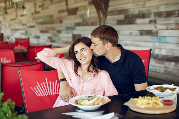 夏のカフェに座っている美しいカップル 無料写真