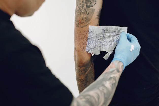 タトゥーサロンで入れ墨をしている男 無料写真