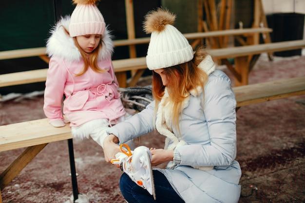 冬の街でキュートで美しい家族 無料写真