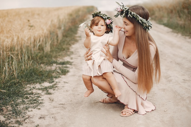 Мать с дочерью, играя в летнем поле Бесплатные Фотографии