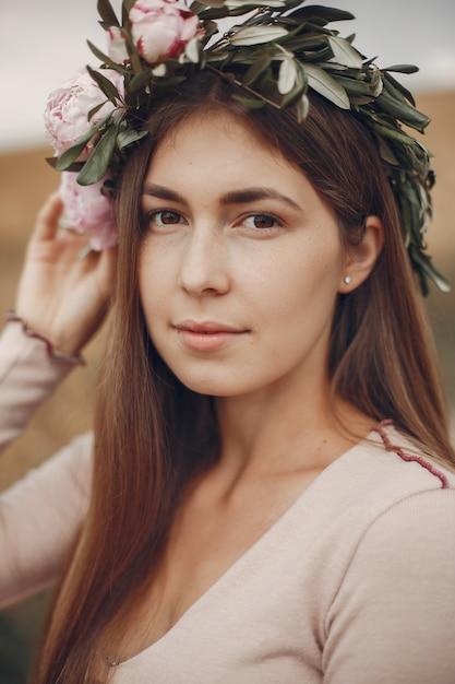 夏の畑でエレガントでスタイリッシュな女の子 無料写真
