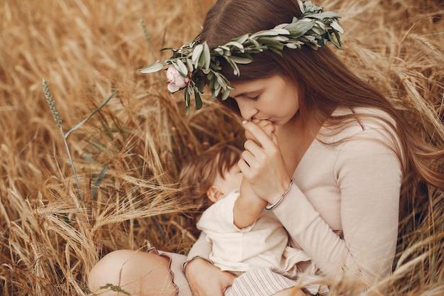 Элегантная мама с милой маленькой дочкой в поле Бесплатные Фотографии