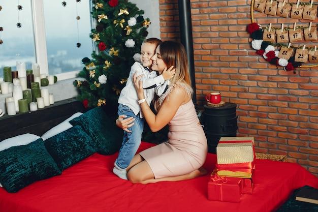 クリスマスを祝うかわいい息子を持つ母 無料写真