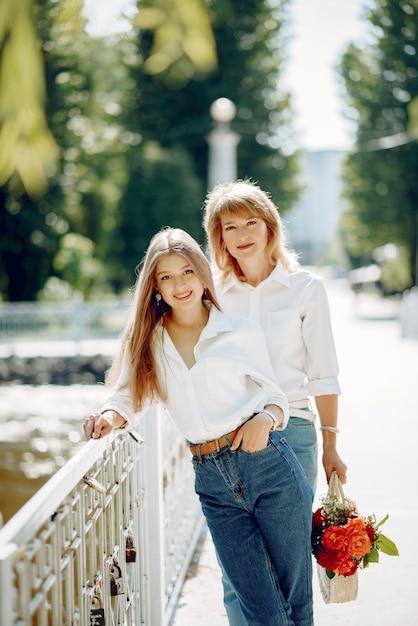 夏の公園で若い娘を持つ母 無料写真