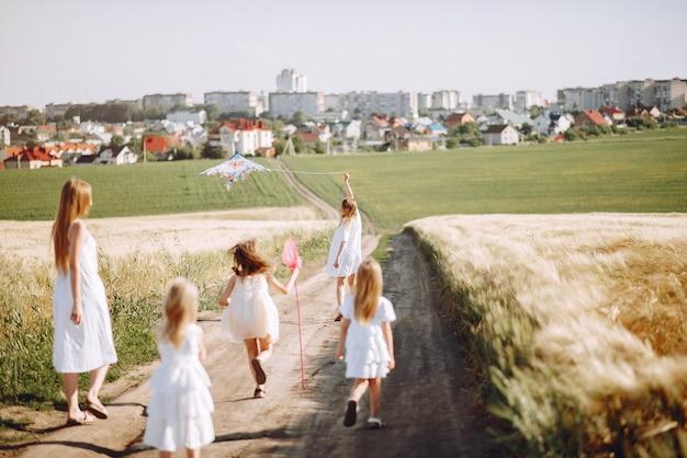 Матери с дочерьми играют в осеннем поле Бесплатные Фотографии