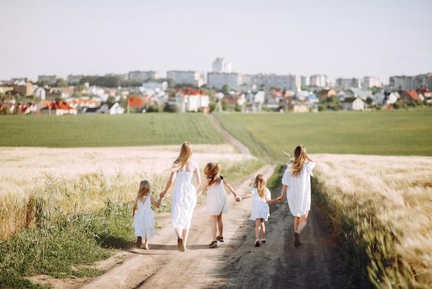 秋のフィールドで遊ぶ娘を持つ母親 無料写真