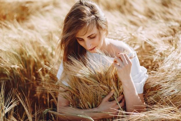 秋のフィールドで美しい少女 無料写真