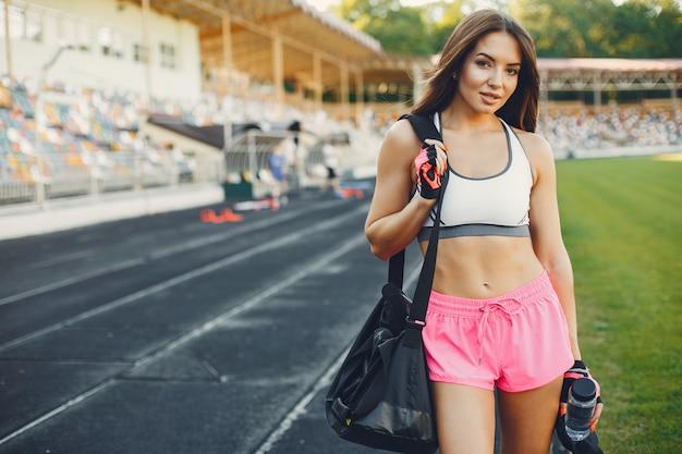 Спортивная тренировка девушки на стадионе Бесплатные Фотографии