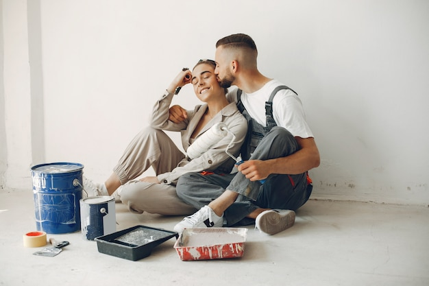 若くてかわいいカップルが部屋を修理します 無料写真