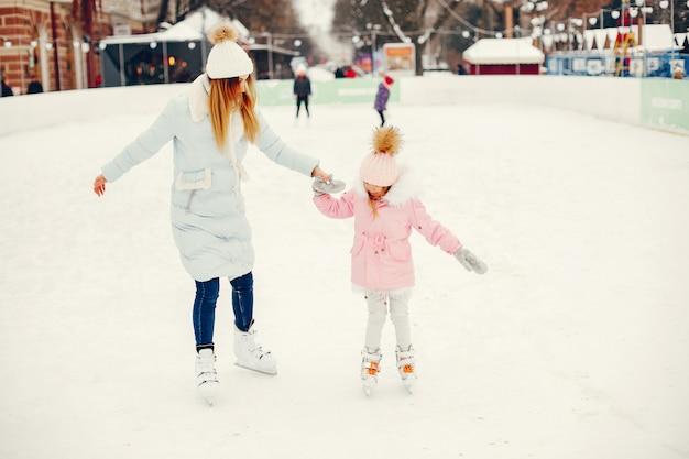 Милая и красивая семья в зимнем городе Бесплатные Фотографии