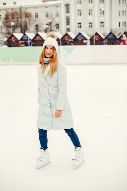 冬の街でキュートで美しい少女 無料写真