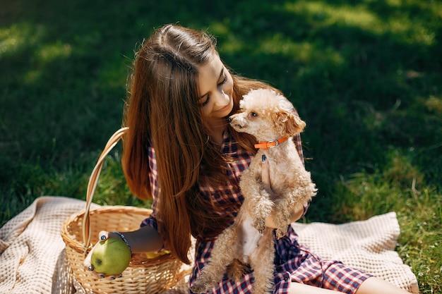 Элегантная и стильная девушка в весеннем парке Бесплатные Фотографии