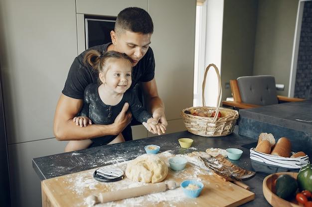 家族がクッキーの生地を作る 無料写真