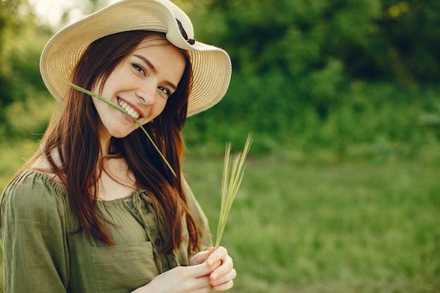 夏の畑でキュートで美しい少女 無料写真