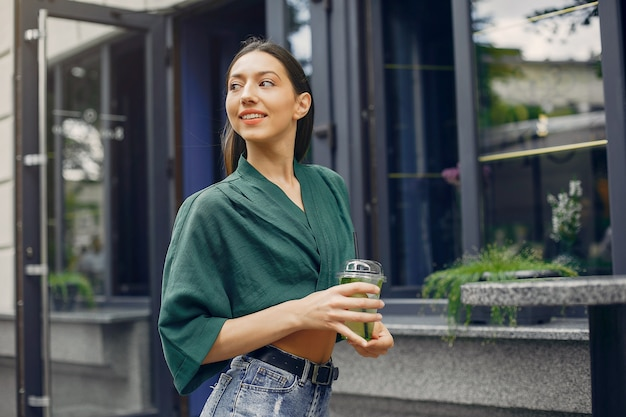 夏の街に立っているファッションの女の子 無料写真