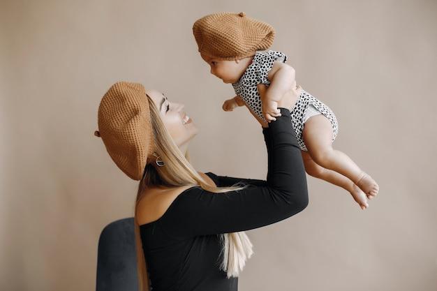 かわいい小さな娘とエレガントな母 無料写真