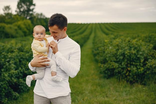 夏の畑で遊ぶかわいい家族 無料写真