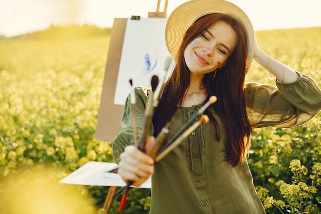 フィールドで絵画エレガントで美しい少女 無料写真