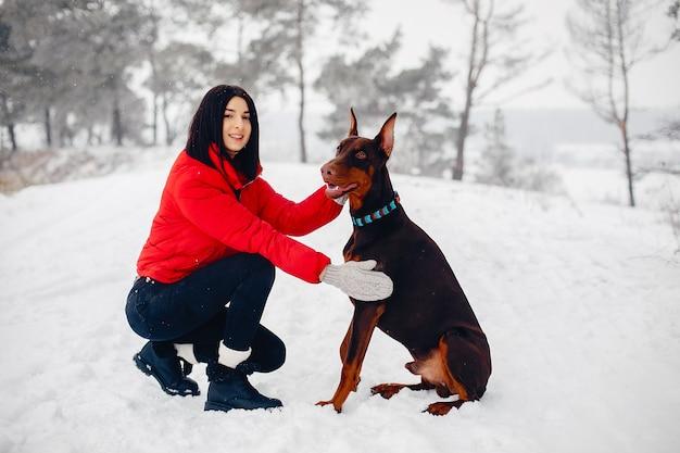 冬の公園で若い女の子 無料写真