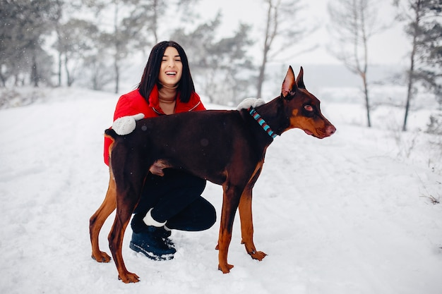 Молодая девушка в зимнем парке Бесплатные Фотографии