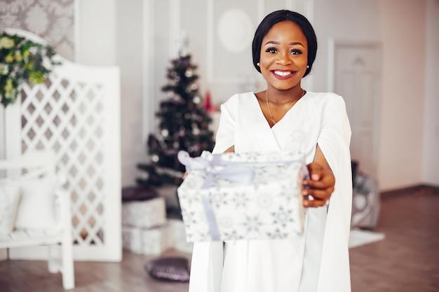 クリスマス装飾の部屋でエレガントな黒の女の子 無料写真