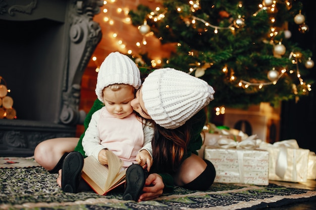 自宅でかわいい娘を持つ母 無料写真