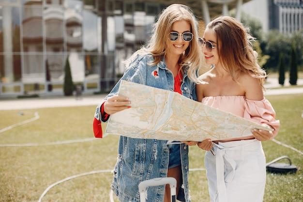 Две красивые девушки стоят у аэропорта Бесплатные Фотографии