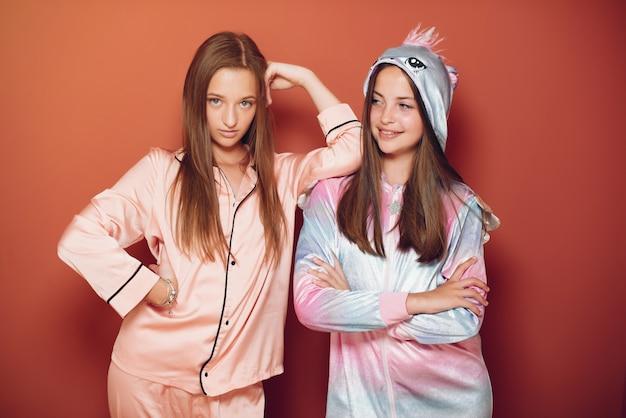 かわいいパジャマ姿の二人の少女 無料写真