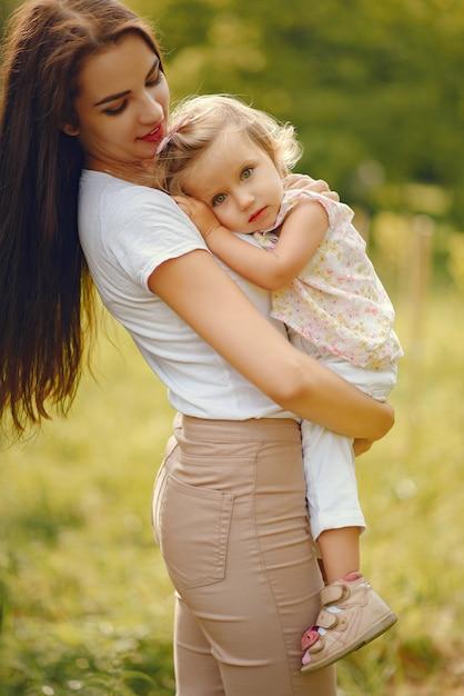 Мать с дочерью, играя в парке летом Бесплатные Фотографии