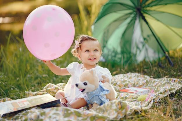 Милая маленькая девочка, играя в парке Бесплатные Фотографии