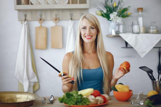 Красивая и спортивная девушка на кухне с овощами Бесплатные Фотографии