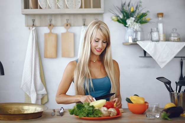 野菜と台所で美しく、スポーティな女の子 無料写真