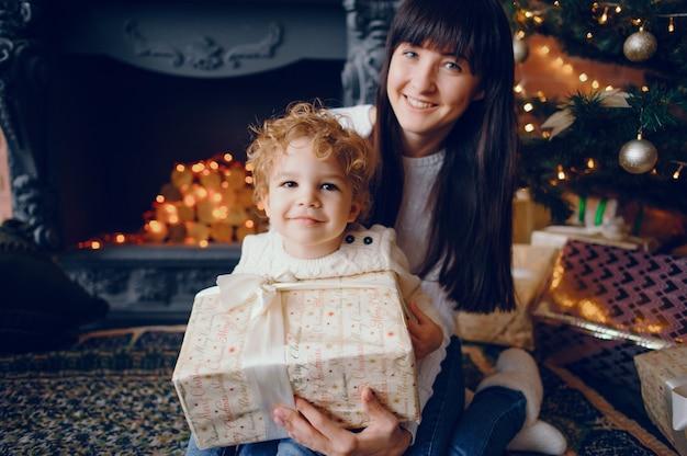 自宅で遊ぶ息子を持つ母 無料写真