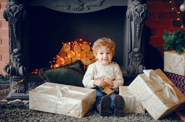 クリスマスの装飾の近くに自宅でかわいい男の子 無料写真