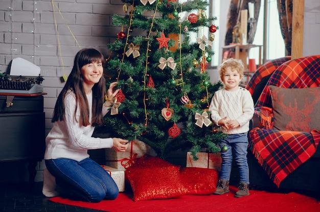 自宅で座っている息子を持つ母 無料写真