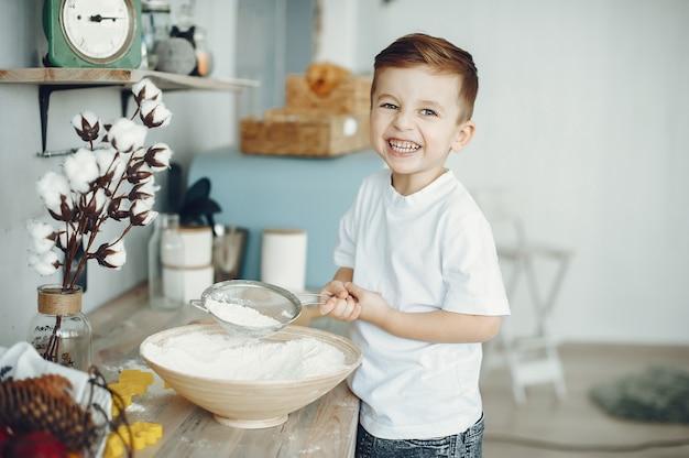 台所に座っているかわいい男の子 無料写真