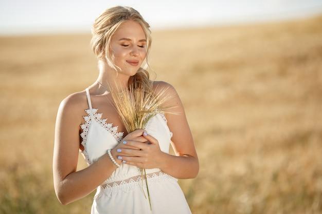 秋のフィールドで美しいエレガントな女の子 無料写真