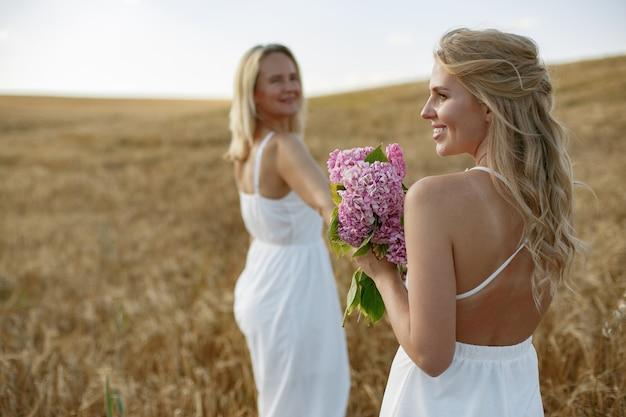 Мать с красивой дочерью в осеннем поле Бесплатные Фотографии