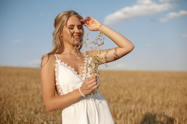 Красивая элегантная девушка в осеннем поле Бесплатные Фотографии