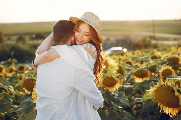 Красивая и стильная пара в поле с подсолнухами Бесплатные Фотографии