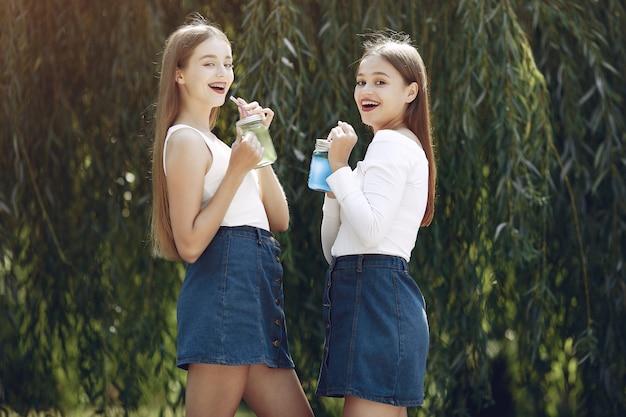 Две элегантные и стильные девушки в весеннем парке Бесплатные Фотографии