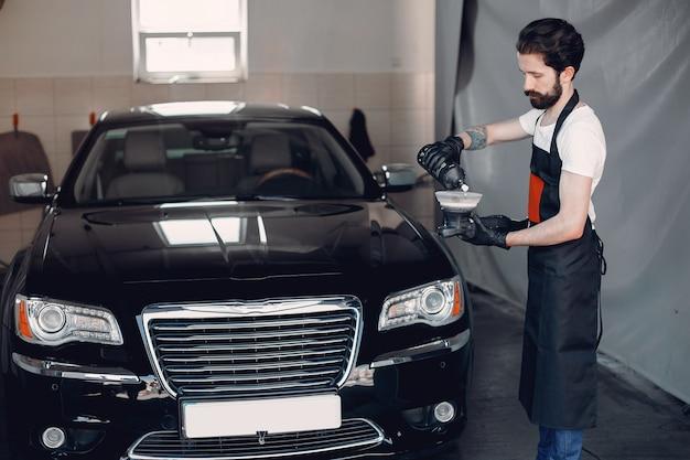 男はガレージで車を磨く 無料写真