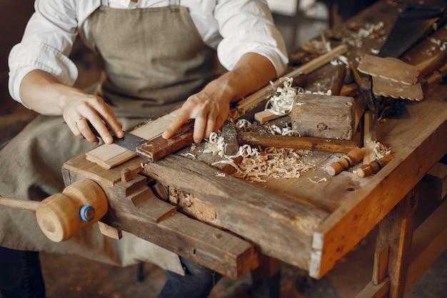 Красивый плотник работает с деревом Бесплатные Фотографии