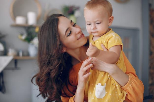 自宅で小さな娘と遊ぶ母 無料写真