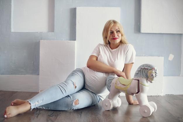 Красивая беременная женщина с большим животом в студии Бесплатные Фотографии
